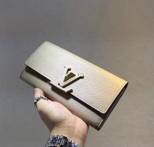 高級感溢れるデザイン 2016新作 Louis Vuitton イヴィトンスーパーコピー CAPUCINES 強い光沢のある長財布.
