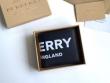 バーバリー 折りたたみ財布 軽快に見せるデザインが素敵 人気 Burberry メンズ コピー ブラック ロゴいり デイリー 安価 8008887