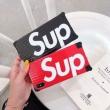 シュプリーム スマホケース 通販 持つだけで気分上々 Supreme コピー ブラック レッド ロゴ デイリー ブランド VIP価格